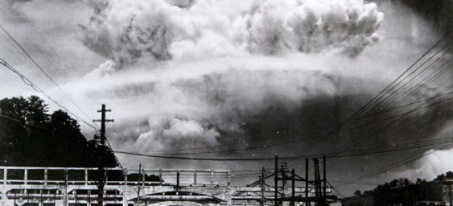 Коротко по сути как действует атомная бомба